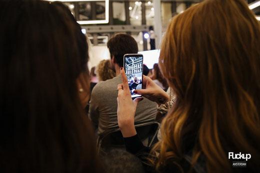 Smartphone fotografiert FuckupNights-Bühne