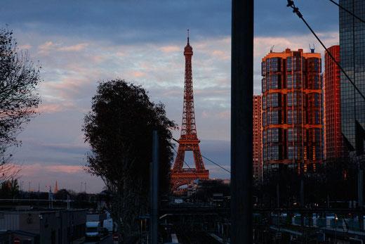 Paris, Eiffelturm im Sonnenuntergang, Blick auf den Eiffelturm