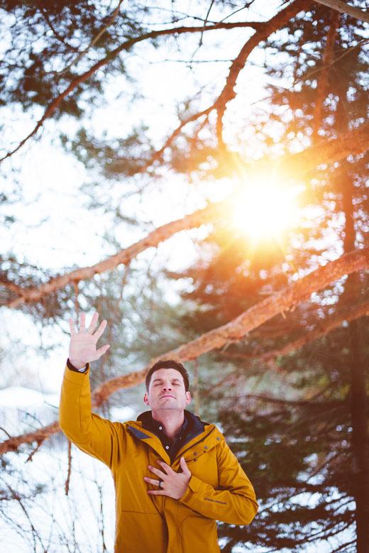 Mann dankt in der Natur, dem Schöpfer, dem Leben, sich selbst, vor aufgehender Sonne