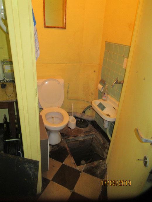 L'ancien WC et le lave mains au dessus de la chambre de visite du compteur d'eau.