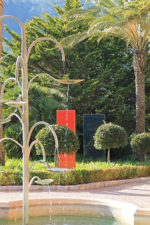 Knumox Malve, Knumox Glaselement in der Gartengestaltung an einem Hotel