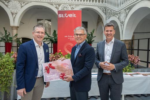 Bgm. Kulmer und Landesrat Fellner nahmen mich als Preisträger in die Mitte (Foto: Stadt St. Veit)