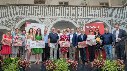 Bgm. Kulmer und Landesrat Fellner mit Preisträgern und Sponsoren (Foto: Stadt St. Veit)