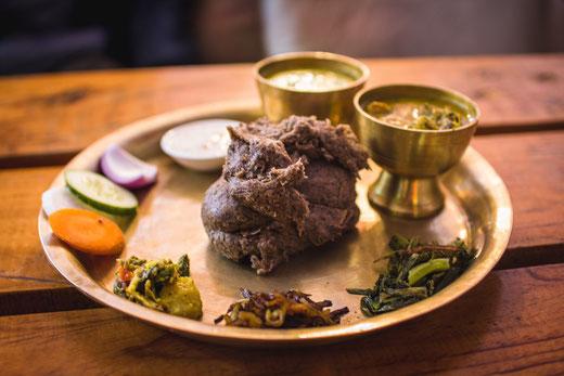 """""""Dal Bhat"""", die tägliche Mahlzeit für unsere hungrigen Mägen. (Hier statt Reis mit nicht beschreibbarem Kloßteig.)"""