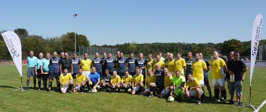 Die Spieler der Traditionsmannschaft des 1. FC Köln und der Swisttal-Auswahl mit Schiedsrichtern (Foto: SSV Heimerzheim)