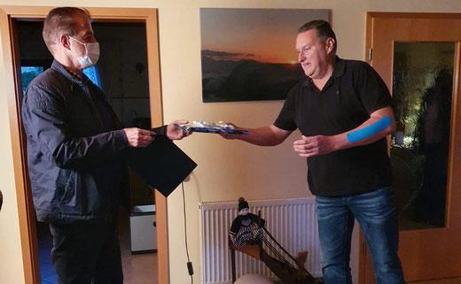 Thomas Wicht, 1. Vorsitzender des Vereins (links), überreichte Andreas eine kleine Anerkennung des Vereins. (Foto: SSV Heimerzheim)