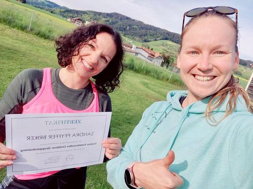 Nicole Turtschi überreicht mir mein Trainer-Zertifikat von Xung macht Yung