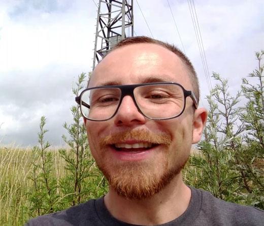 Euer Video-Wanderführer Patrick, auf einer Wiese im Neanderland