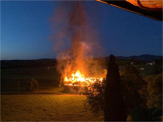 In der Nähe des historischen Stedli Grüningen brannte eine Scheune am Montag Abend lichterloh. Bild: Suzan Honegger