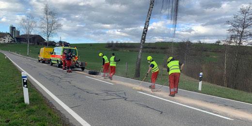 Vorübergehende Strassensperrung wegen Ölspur. Bild: Feuerwehr Gossau ZH