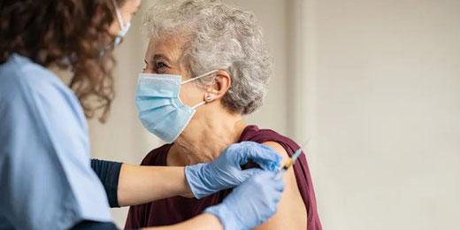 Pro Senectute hilft älteren Menschen bei der Online-Registrierung für die Covid-Impfung. Bild: PSZH