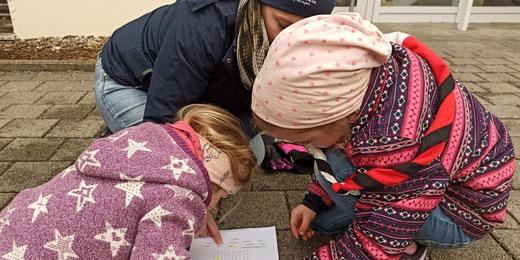 Die Schatzsuche ist eine gelungene Abwechslung für die Kinder. Bild: Katrin Oberholzer