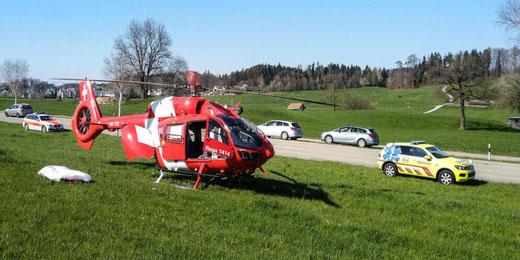 Ein schwerverletzter Gleitschirmpilot musste mit der Rega ins Spital geflogen werden. Bild: Rega