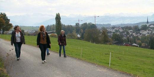 Ein Tag unterwegs in Gossau ZH: Teilnehmende von «Mini Schwiiz, dini Schwiiz». Bild: Video SRF