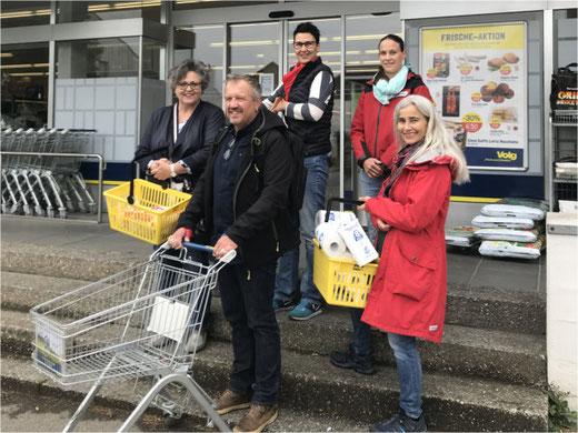 Einkaufen für Risikopatienten: Daniela Crainich (Frauen für Frauen), Max Bösiger, Andrea Küttel (Samariterverein), Monika Kälin und Bibi Furger (v.l.n.r.)