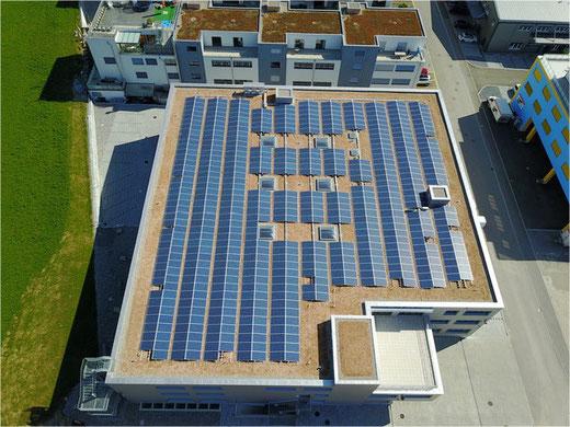 Realisierte Photovoltaikanlage auf einem Industriegebäude in Bubikon. Bild: alenergy