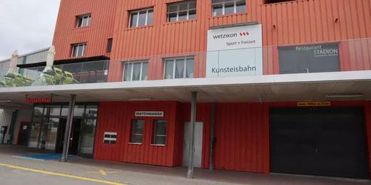 In der Kunsteisbahn in Wetzikon kann man sich gegen Covid impfen lassen. Bild: Stadt Wetzikon