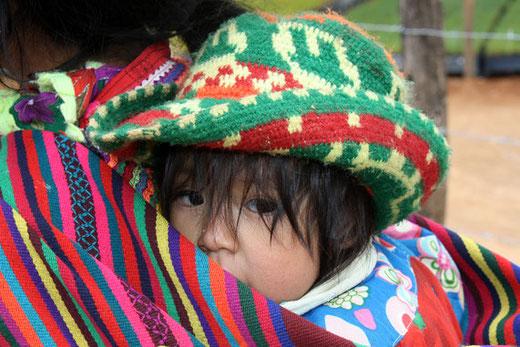 Begegnungsreise Gesichter der Anden - hier werden die Kinder lange getragen