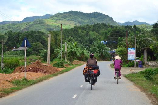 Während einer Regenpause auf dem Weg nach Hanoi