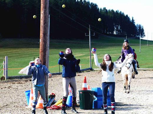 Jonglieren macht Spass und schult Auge/Hand Koordination sowie Reaktionsschnelligkeit