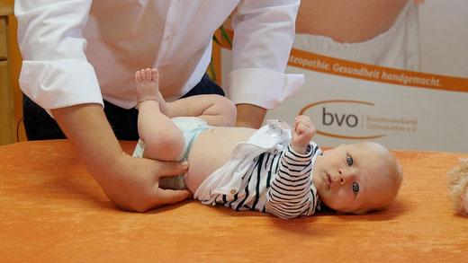 Kinderosteopathie bietet mit ihren sanften Berührungen und schonenden Handgriffen vielfältige Ansätze für die Behandlung von Babys.