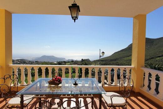 Aussicht auf das Umland un Meer vom Balkon mit Esstisch.