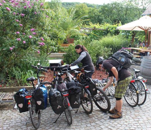 Radreisende beim Aufsatteln