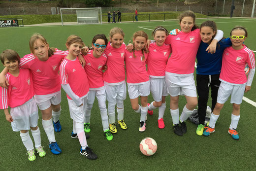 TuS U13 Mädchen vor ihrem Spiel gegen VfL Sportfreunde 07. - Foto: cbra.