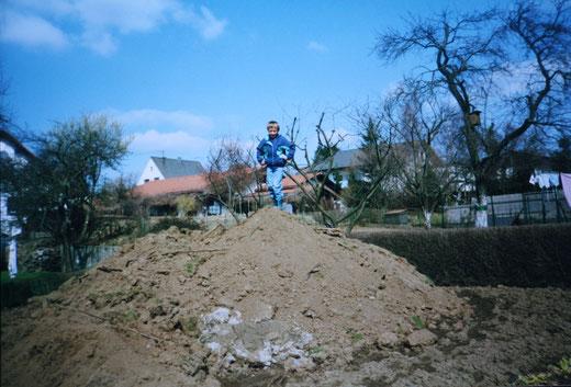 Christoph auf dem Erdaushub Gipfel