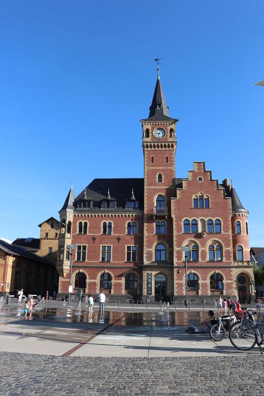 Das Hafenamt mit Uhrenturm von 1889: Backsteinarchitektur am Harry-Blum-Platz