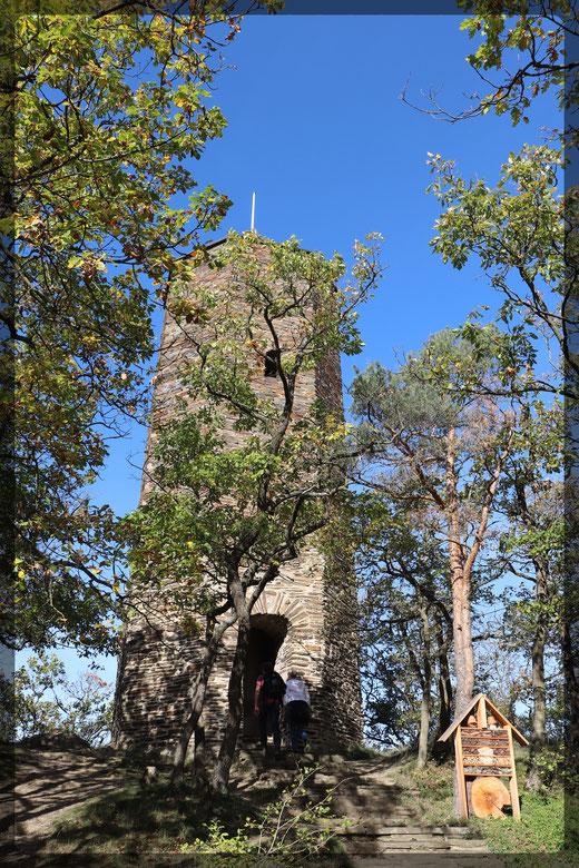 Der Krausbergturm vis-a-vis der Krausberghütte