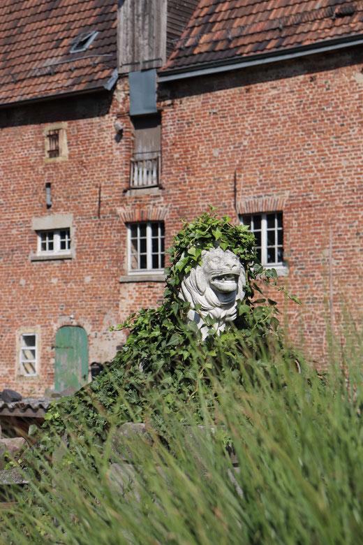 Steinerner Löwe mit toupierter Mähne am Diersforter Schloss, Aufnahme mit Canon EOS 77 D