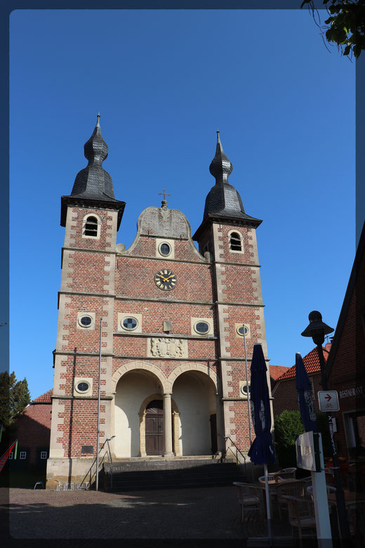 Schlosskapelle von 1658 mit Radwegweiser; aufgenommen mit Canon EOS 77d