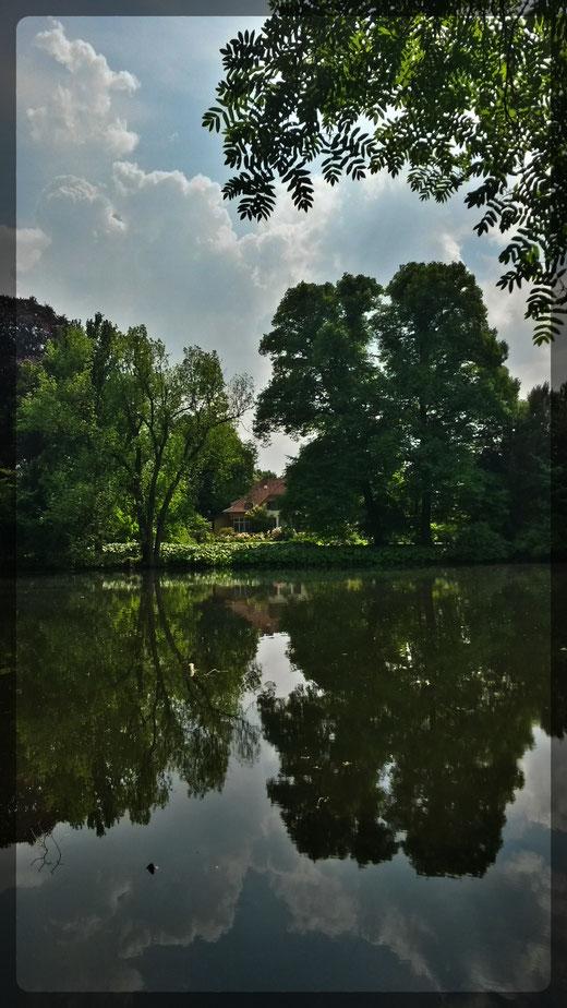 Märchenhaft anmutendes Vexierbild im Wasser
