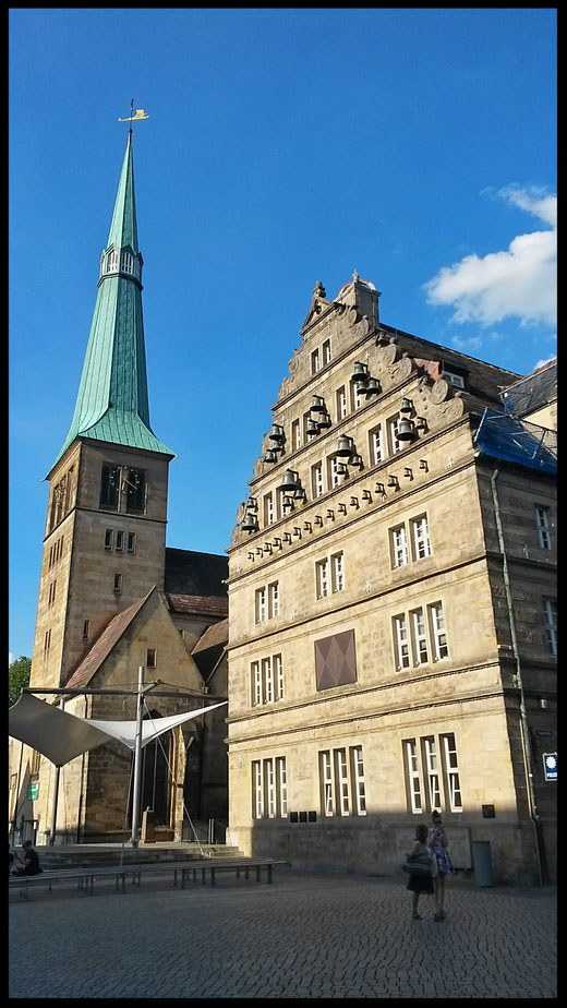 Altstadtkirche und Rathaus mit Glockenspiel