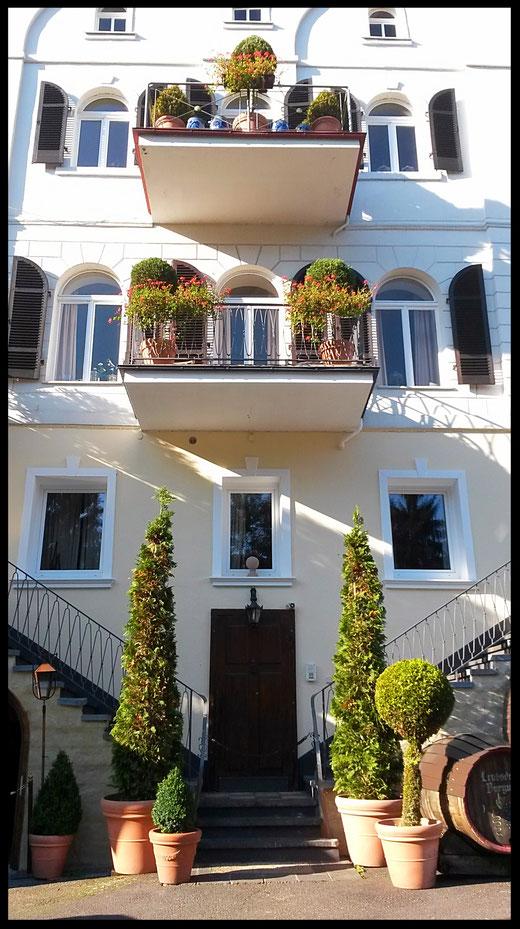 Fast Italien, Fassade der Alten Brauerei im Kasbachtal im Herbst