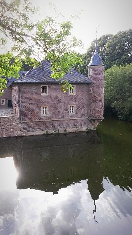 Vorburg und Wassergraben zu Schloss Burgau aus dem 17. Jahrhundert
