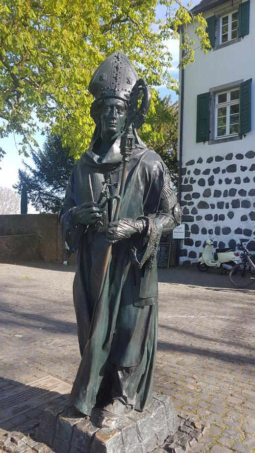 Der Meister Bert Gerresheim schuf die Skulptur vom Erzbischof, dessen Verdienst des war Zons die Stadtrechte zu verleihen