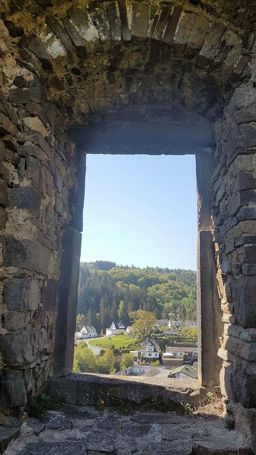 Durch die Fensterlosen Mauerhöhlen der Burgruine eröffnen sich malerische Blicke auf das kleine Eifelörtchen Virneburg-eigene Aufnahmen ab jetzt