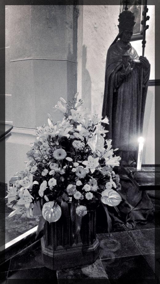 Blumengesteck und Statue des Heiligen Papst Kornelius von 1470