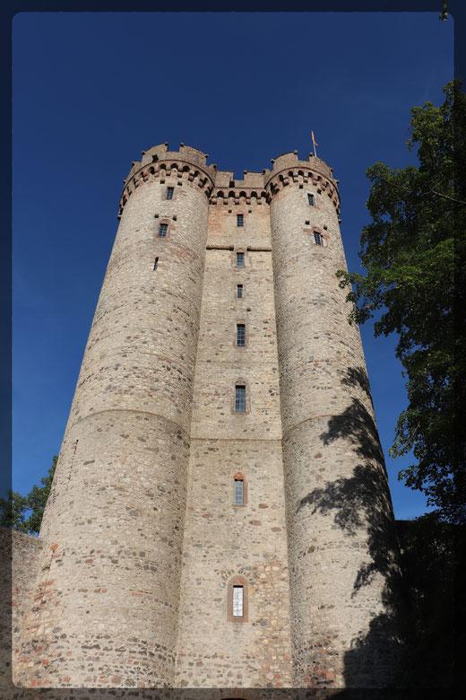 Die erhaltenen Doppeltürme der Kasselburg sind zu besteigen, Aufnahme mit CANON EOS 77d