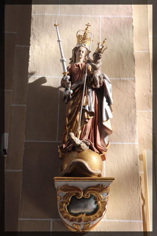 Maria mit ihrem neugeborenen Sohn Jesus, beide dargestellt als gekrönte Häupter, Beginn einer neuen Ära und der Regentschaft christlichen Glaubens