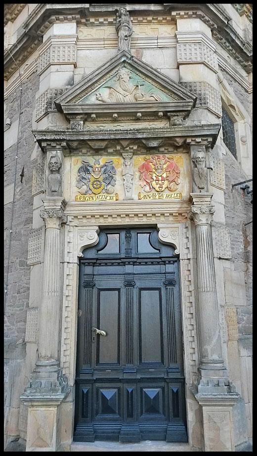 Eingangstüre zum heute noch privat genutzem Schlossbereich mit den Familienwappen der Fürsten