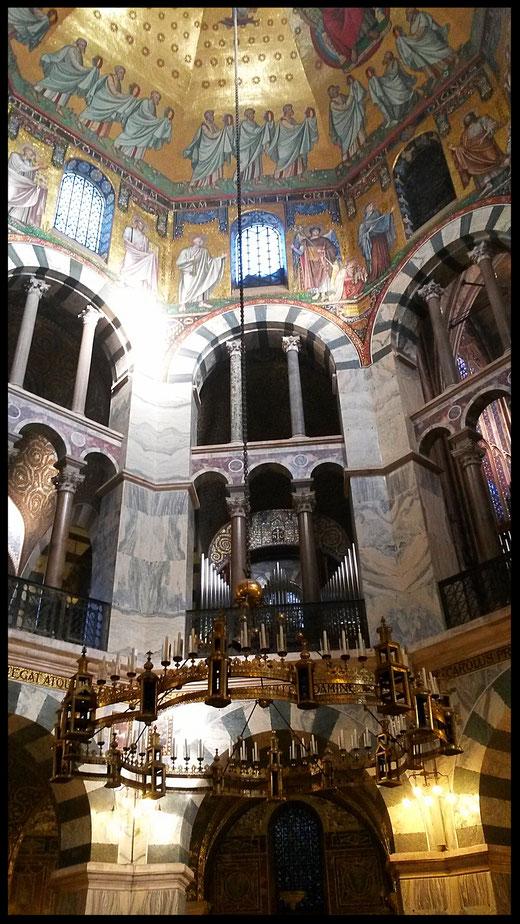 Radleuchter im Dom und Marmor aus Ravenna