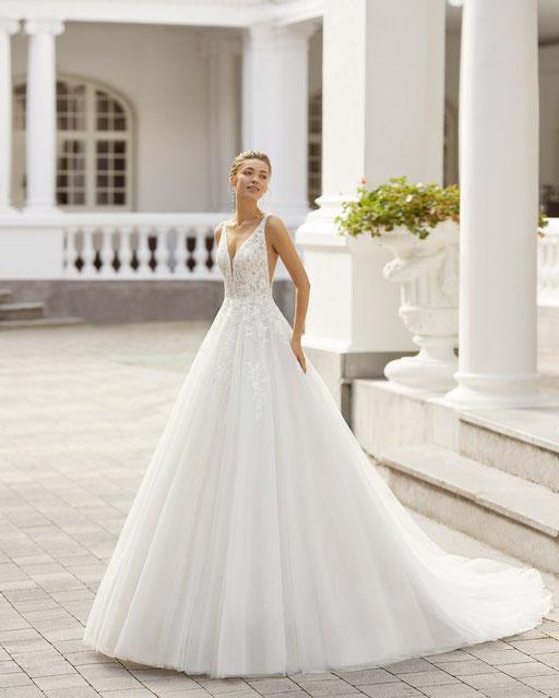 Modernes Brautkleid im Prinzessinnen Stil aus Softtüll und mit zarten Schleifen auf den Schultern.