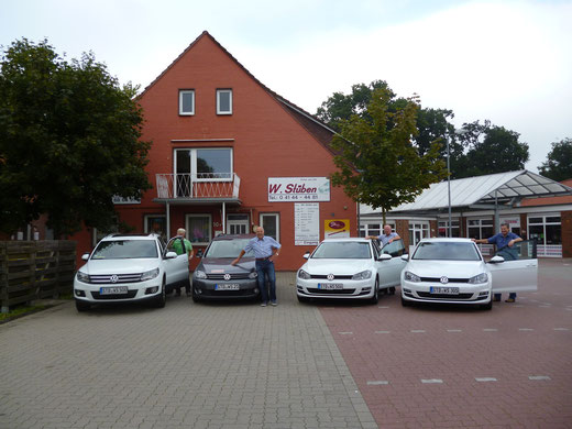 Alle drei Autos der Fahrschule Stüben mit ihren Fahrlehrern vor der Geschäftsstelle Himmelpforten