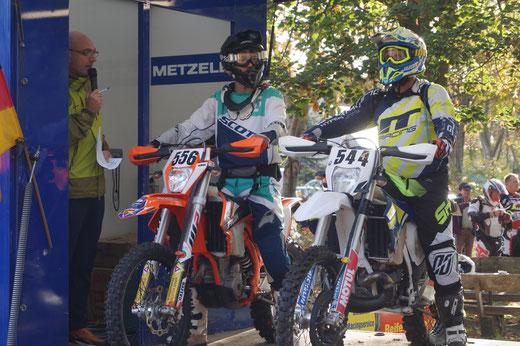 Tim Buhtz (links) auf seiner 350er KTM am Start zum Rennen in Tucheim. Foto: Alpha-Report