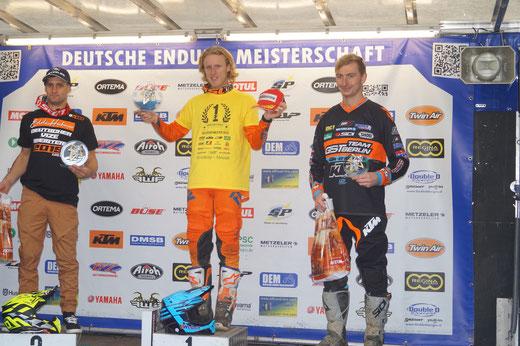 Bekommt den Pokal für seinen Tagessieg in Tucheim: Davide von Zitzewitz. Foto: Alpha-Report