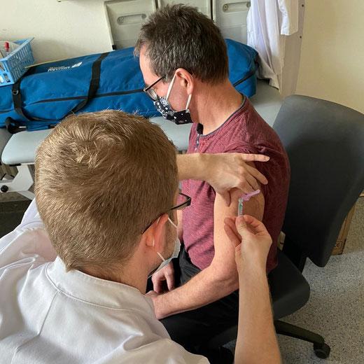 Hier wird Chefarzt Martin Lehmann geimpft. Foto: Klinik