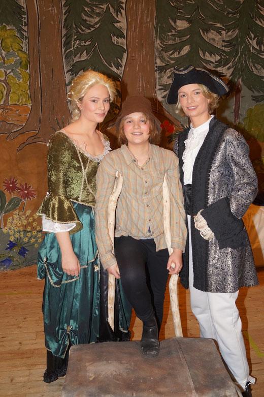 Märchen-Darsteller Felix Lemke wird eingerahmt von Schwester Elisa und Mutter Kathleen. Foto: Alpha-Report
